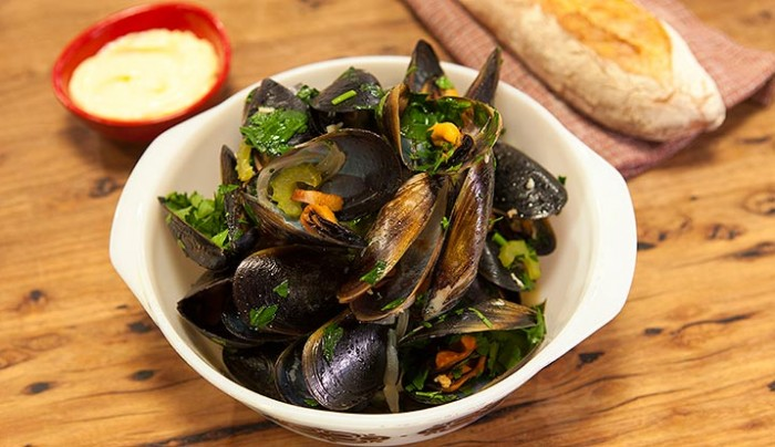 Mussels Steamed with Beer, Garlic & Bacon
